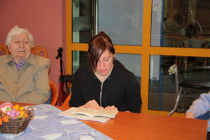 Elena Hecht beim Vorlesen im Seniorenheim