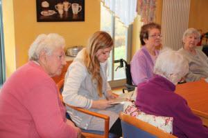Anna Lena Prifling liest den Senioren vor