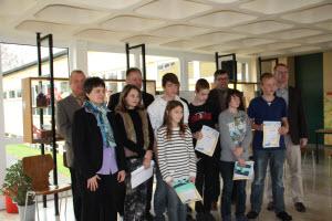 Foto der Klassensieger mit den prominenten Vorlesern