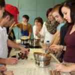 Schüler fertigen Pralinen