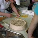 Frau Keck verziert eine Torte