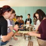 Schüler bei Pralinenherstellung