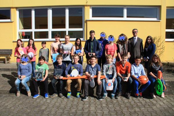 Sieger des Malwettbewerbs mit Frau Janker und Herrn Falter