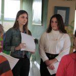 Neuntklässler führen durch Schule