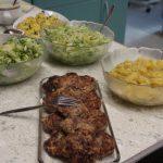 Fleischpflanzerl mit Salaten